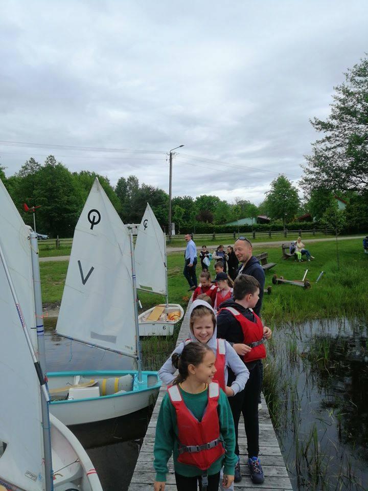 Na jeziorze w Bobięcinie swoje pierwsze żeglarskie kroki stawiają młodzi adepci ze Słupska i Miastka. Ze Słupska jest 16 osób, a z Miastka 11 (grupa