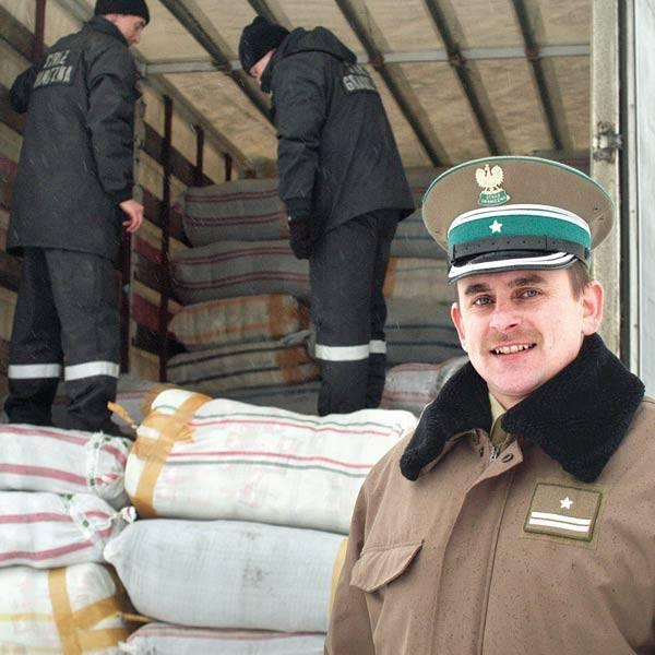 - Przemytnicy chcieli zmylić naszą czujność - mówi mjr Jan Grochowski, komendant placówki SG w Barwinku. - Na granicy tuż przed samochodem z kontrabandą