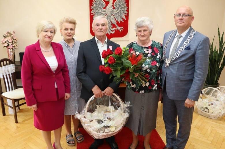 W Urzędzie Stanu Cywilnego Gminy Kowala świętowali małżonkowie, którzy zawierali związki małżeńskie w 1970 roku, a więc mają już za sobą 51-letni staż