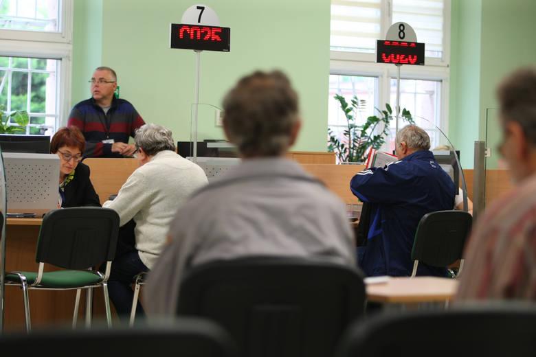Wyższą podwyżkę niż wynikającą z prognozowanego wskaźnika 103,24 proc. otrzymuje ok. 6,2 mln emerytów i rencistów. Są to osoby, których świadczenie nie