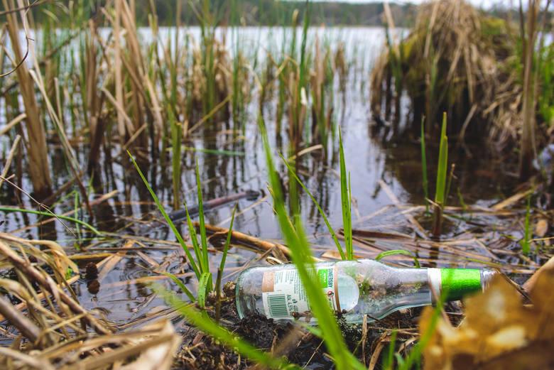 Niedawno m.in. nad jeziorem Lednik w Miastku zorganizowano akcję generalnego sprzątania. Niestety, niezbyt długo było czysto.