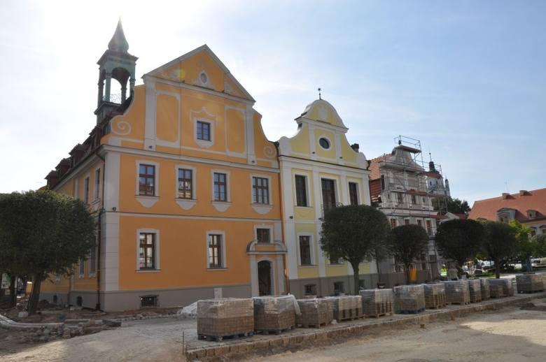 Rewitalizacja Rynku oraz remont Ratusza trwają od wiosny. Według planu prace mają zostać zakończone do końca września.