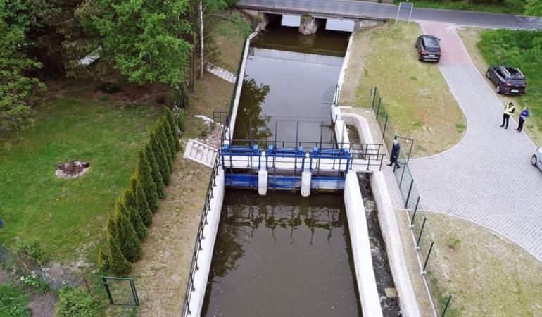 Jaz na rzece Pannie – gmina Mogilno, woj. kujawsko-pomorskie – pomaga w regulacji poziomu wód w Jeziorze Mogileńskim zwiększając w nim retencję o 1 mln
