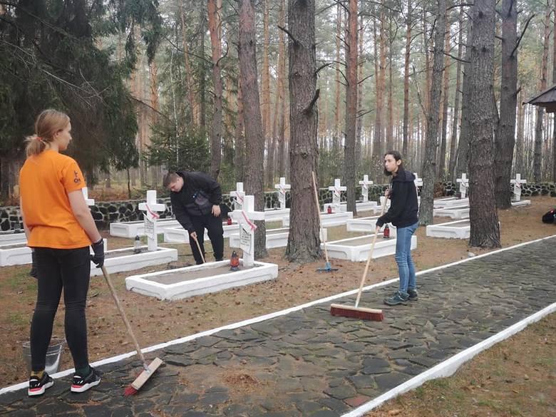 Ogień Niepodległości z polskiego cmentarza na Ukrainie już jest w Ostrowcu. Zapłonie 11 listopada przy pomniku Józefa Piłsudskiego [ZDJĘCIA]