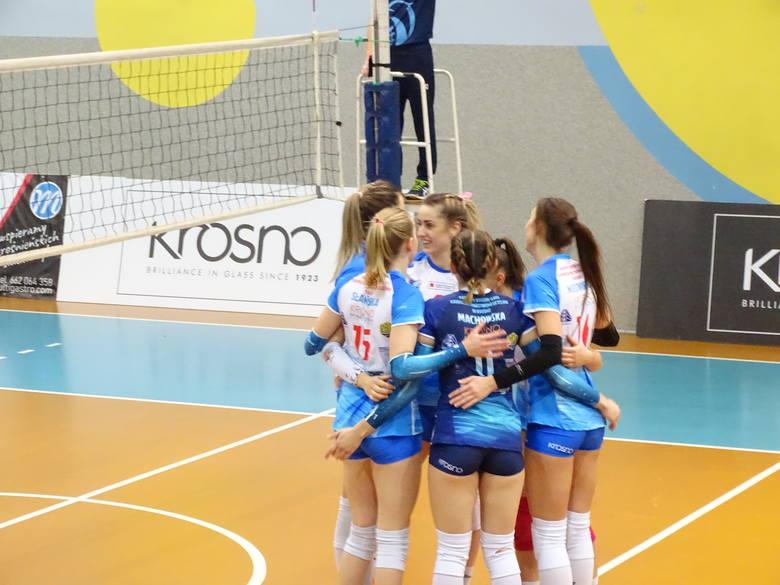Siatkarki z Krosna (na niebiesko) przegrały dopiero po tie-breaku