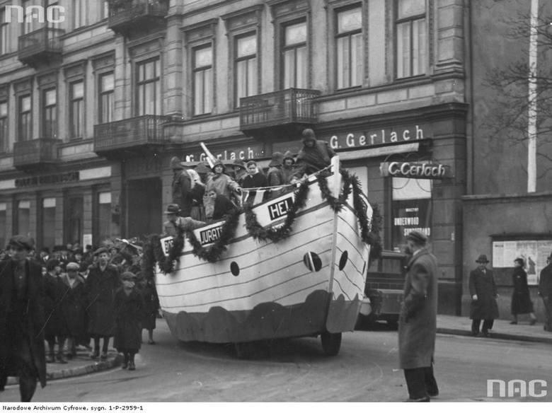 Delegacja ludności kaszubskiej na placu Piłsudskiego podczas obchodów Święta Niepodległości