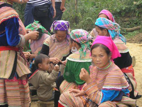 Dziewczęta z plemienia Flower Hmong na targu w Bac Ha.