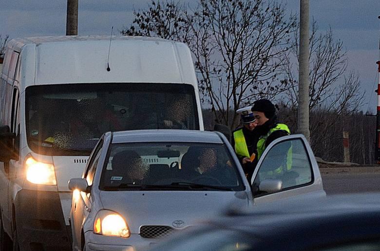 Badanie stanu trzeźwości 40- latka siedzącego za kierownicą wykazało ponad 0,7 promila alkoholu w jego organizmie. Drugi z nieodpowiedzialnych kierowców