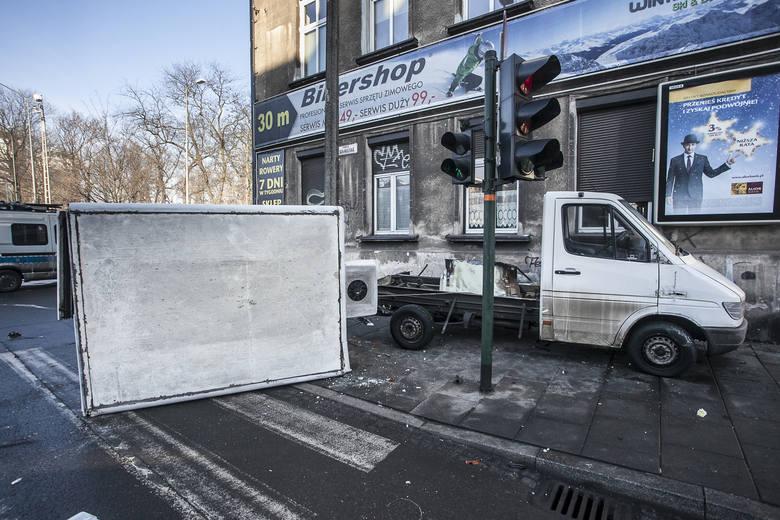 Nocny pościg ulicami Krakowa: Przemysław J. spowodował kilka stłuczek, sterroryzował kierowcę, ukradł auto, rozbił się na ścianie budynku. Dalej uciekał