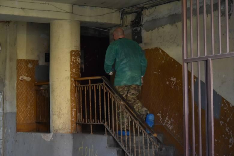 - Policjanci chcieli się z nim skontaktować, jednak drzwi jego mieszkania nikt nie otwierał. Funkcjonariusze wezwali zatem strażaków, z pomocą których