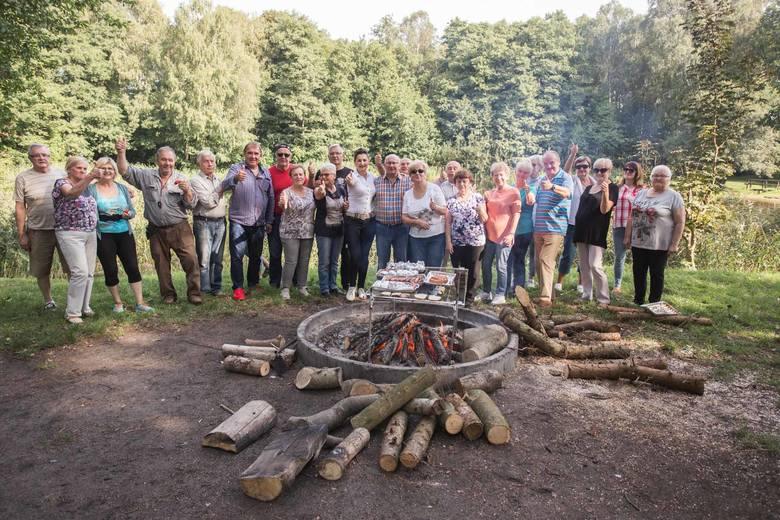 Seniorzy pożegnali lato ogniskiem w parku Trendla
