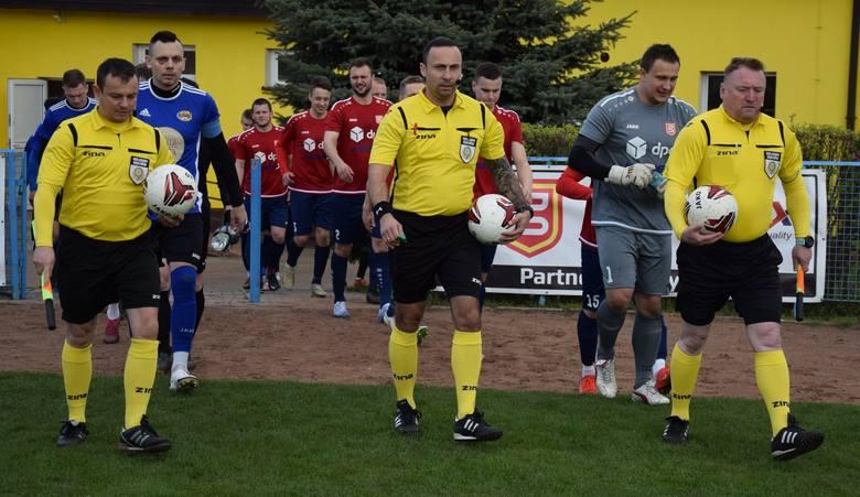 Odmieniona Pogoń Świebodzin kasuje trzy punkty, choć Arka Nowa Sól mogła zamknąć mecz już w pierwszej połowie. Zobacz bramkę Podwyszyńskiego