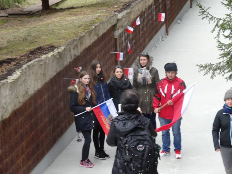 Uczniowie wielkopolskich szkół złożyli hołd pomordowanym w Katyniu