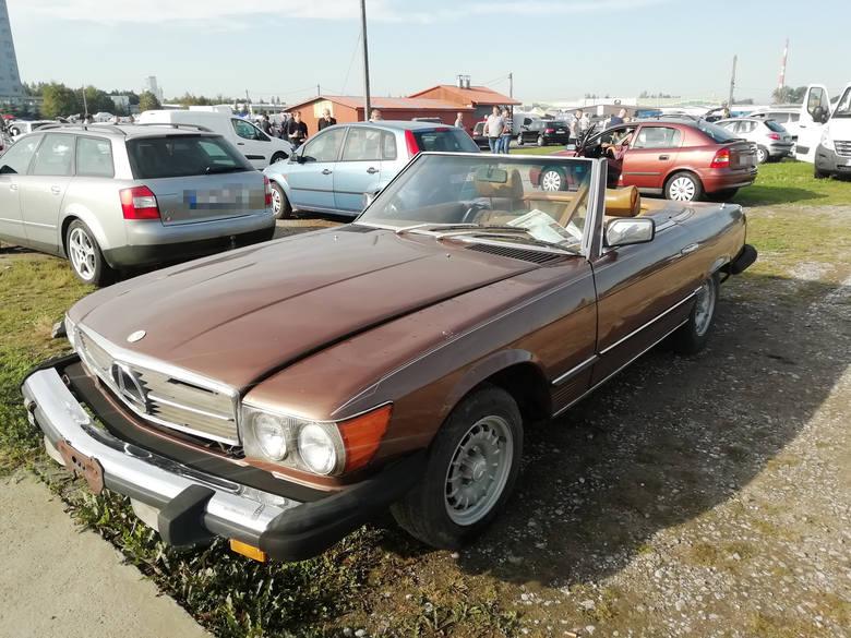 Niedzielna giełda samochodowa na Załężu była dość bogata. Zarówno handlujących samochodami, jak i oglądających auta było sporo. Rocznikowo i markowo