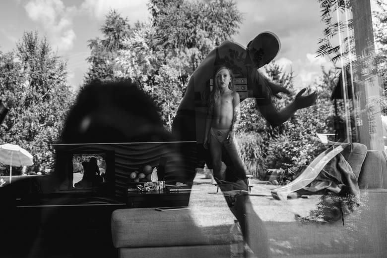– Praca nad tym projektem trwała, i nadal trwa, nieprzerwanie od kilku lat, od czasu kiedy narodziła się we mnie świadoma fotografia, czyli mniej więcej cztery lata temu – tłumaczy fotografka, przyznając też, że początkowo zdjęcia wcale nie powstawały z myślą o konkretnym projekcie.