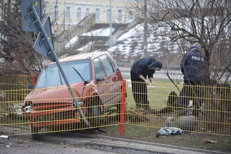 Abramowicza: Wypadek śmiertelny przy kościele św. Rocha. Kierowca tico nie żyje (zdjęcia)