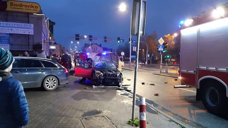 Dziś (21 listopada), tuż przed godziną 16, na skrzyżowaniu ulic Kasprowicza i Dworcowej w Inowrocławiu doszło do wypadku. Zderzyły się dwa samochody