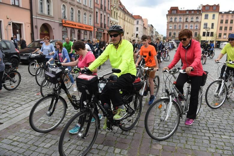 Pogoda nie rozpieszcza rowerzystów, ale chętnych do jazdy nie brakuje. W sobotę uczestnicy Wakacyjnej Rowerowej Masy Krytycznej w Toruniu wybrali się