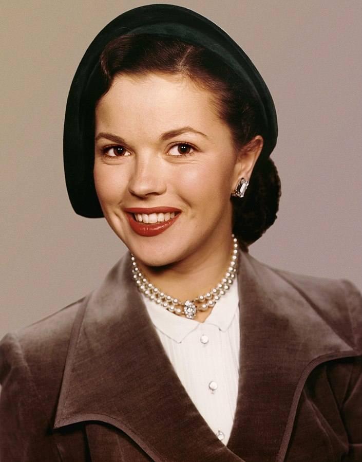 Wszyscy znamy ją filmów z lat 30., w których grała jako dziecko. Później zajęła się dyplomacją. Raka piersi zdiagnozowano u niej w 1972 roku. Poddała