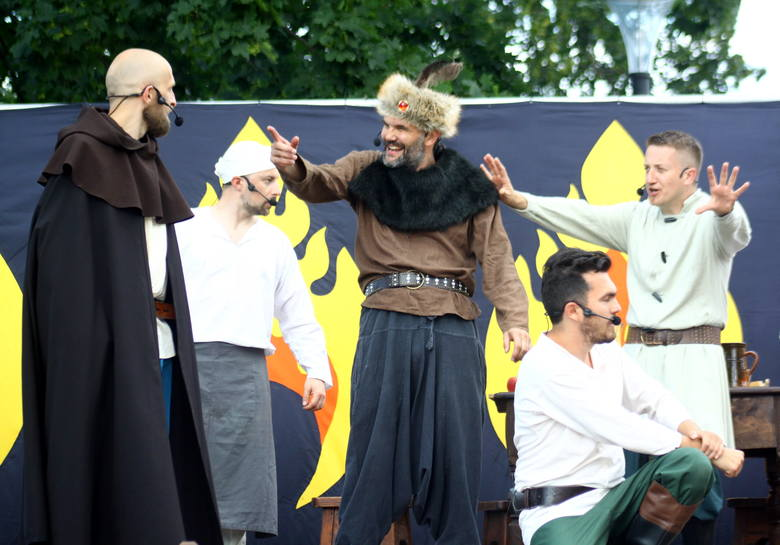 """,,Poławiacze Pereł"""" na placu Litewskim. Zobacz na zdjęciach inscenizację legendy o Czarciej Łapie"""