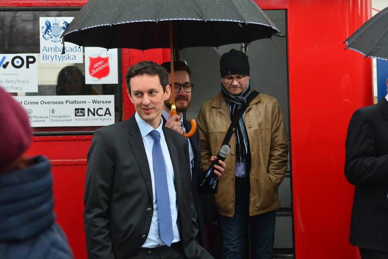 David Reed (z lewej) zastępca ambasadora Wielkiej Brytanii przyjechał do Radomia z kampanią dotyczącą handlu ludźmi.