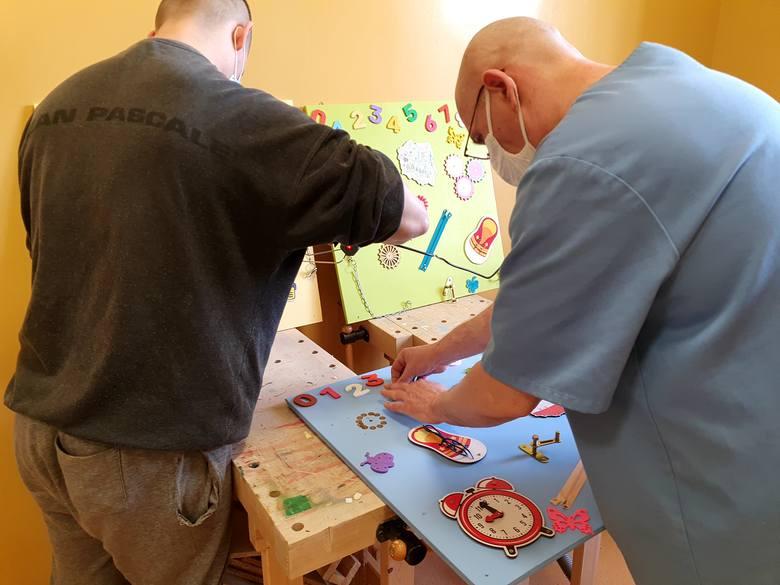 Osadzeni własnoręcznie przygotowali dla dzieci tablice sensoryczne oraz mydełka w bajkowych kształtach