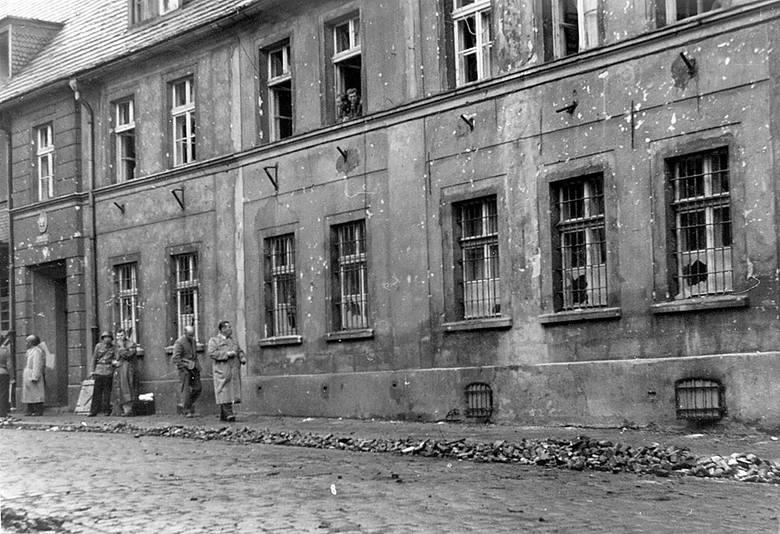 Wybite szyby w oknach to to skutek starć do jakich doszło w 1960 roku.