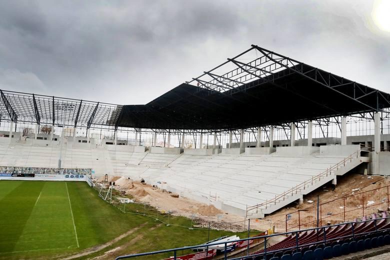 Świat zatrzymał się w wielu dziedzinach życia, ale spora część inwestycji wciąż jest realizowana. W tym także przebudowa stadionu Pogoni Szczecin. Ostatnio