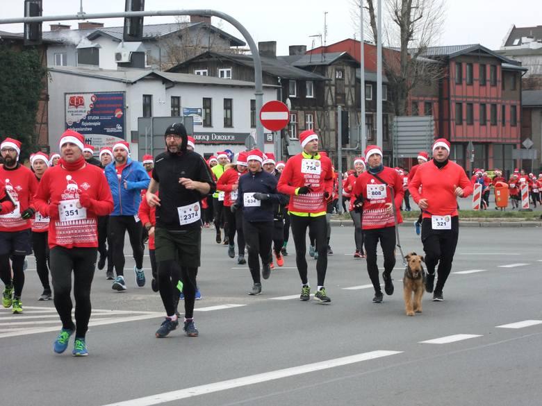 Ponad 2200 biegaczek i biegaczy w strojach Świętych Mikołajów opanowało toruńskie ulice w niedzielne południe. Uczestnicy wszystkich trzech dystansów