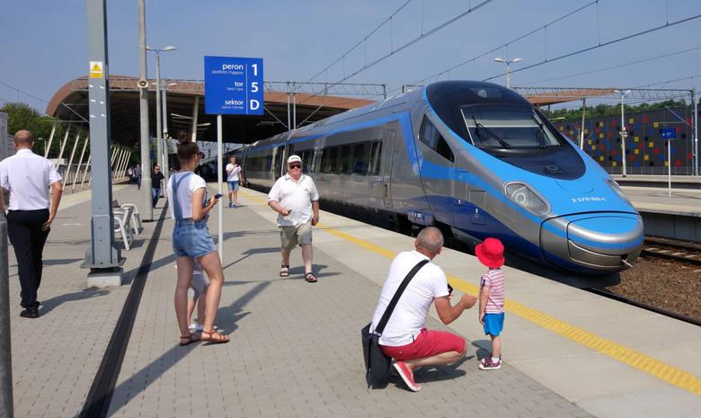 Polacy coraz częściej podróżują pociągami.