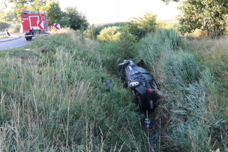 Do wypadku doszło w poniedziałek przed godziną 17 w Świekatowie na drodze powiatowej nr 1041C. Samochód osobowy wypadł z drogi i wpadł do rowu.Czytaj