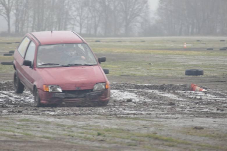 Na polu pod Szczecinkiem ścigało się blisko 20 amatorów szybkiej jazdy autami, które czasy świetności dawno mają za sobą. Ale zabawa była przednia. Do