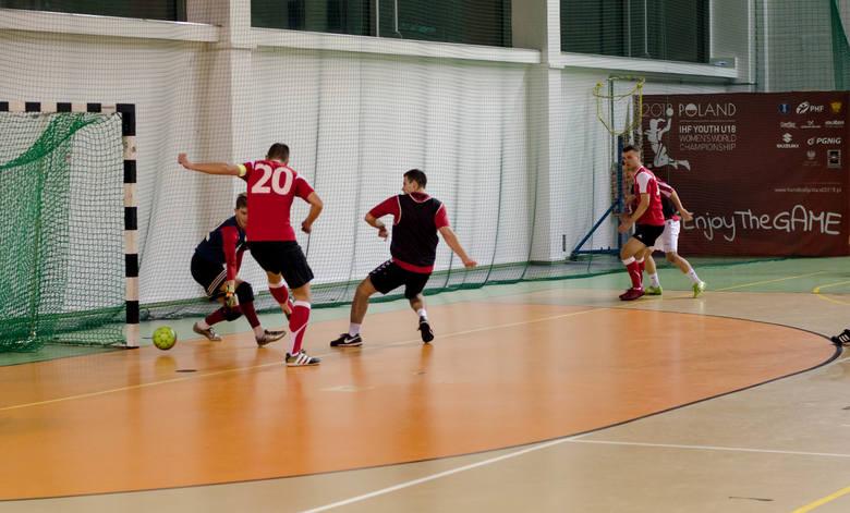 AKS Wzdół KrisMar wciąż liderem Kieleckiej Ligi Futsalu. Wygrał wszystkie mecze! [DUŻO ZDJĘĆ]