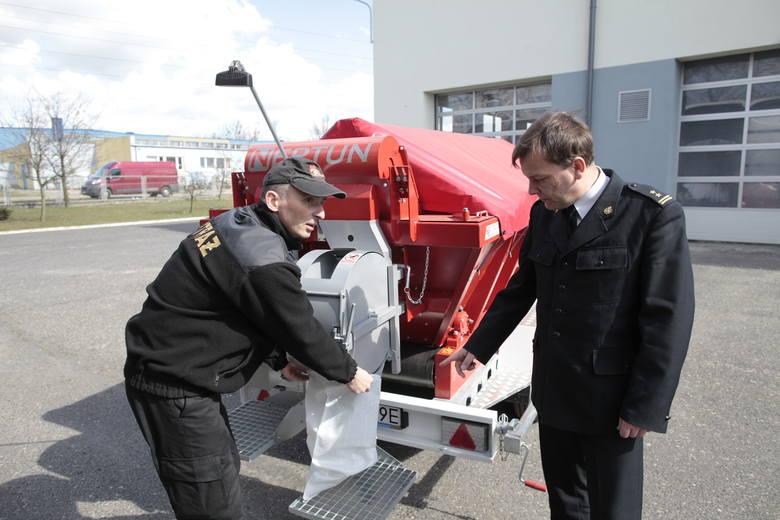 Urządzenie do napełniania worków przeciwpowodziowych powinno trafić do gmin, w których istnieje ryzyko powodzi. Na zdjęciu bryg. Paweł Kielar i starszy