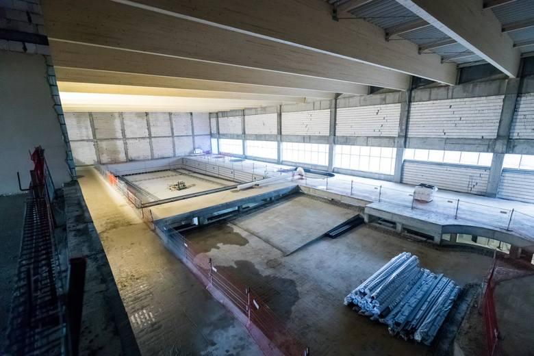 Etap wznoszenia konstrukcji został zakończony w piątek. Z pływalni najprawdopodobniej będzie można korzystać z końcem tego roku. Atrakcji nie zabraknie.