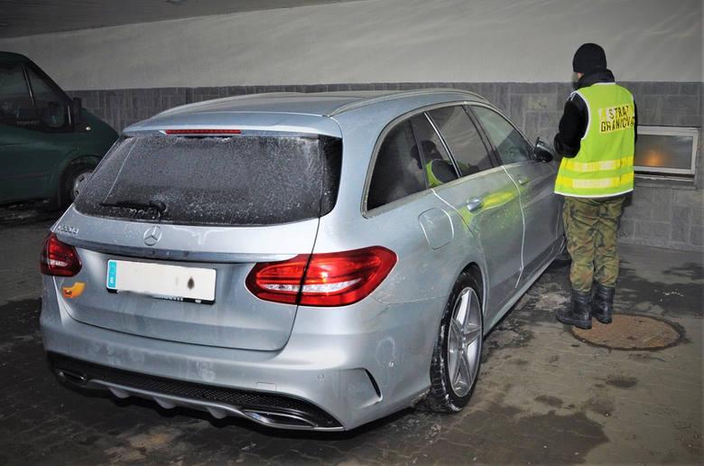 Na przejściu granicznym w Korczowej, strażnicy graniczni zatrzymali mercedesa model C220 z 2018 r. Luksusowym pojazdem podróżował 52-letni obywatel Hiszpanii,