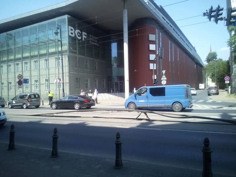 Ruch tramwajowy wstrzymany. Uszkodzenie torowiska na wysokości budynku Poczty Polskiej na ul. Jagiellońskiej!