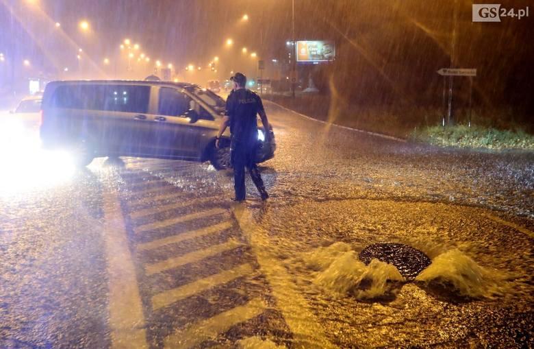 Burza i ulewa w Szczecinie. Ulice pod wodą. W centrum miasta było też gradobicie (28.08.2019)