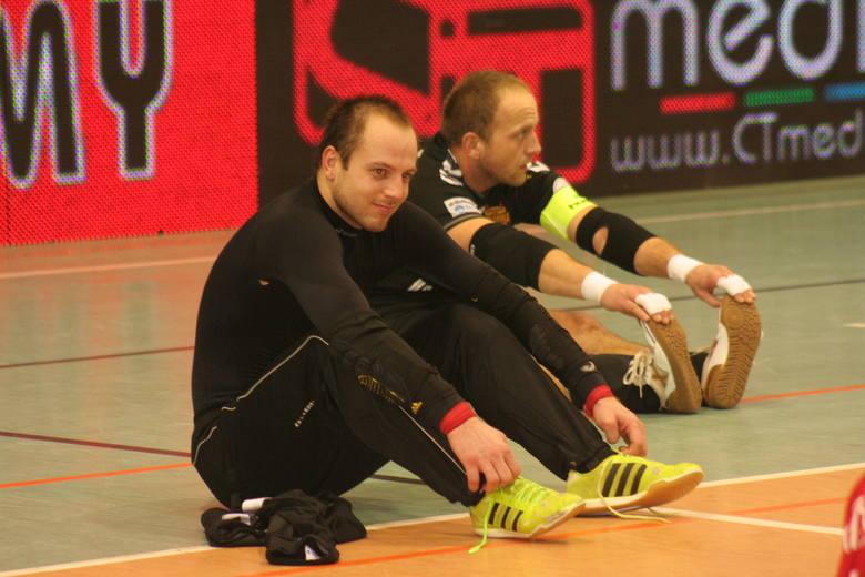 Przed bramkarzami Red Devils Chojnice stoi poważne zadanie. Vladyslav Bondarenko (pierwszy z  lewej) jest w dobrej formie, Jacek Burglin odzyskuje wzrok