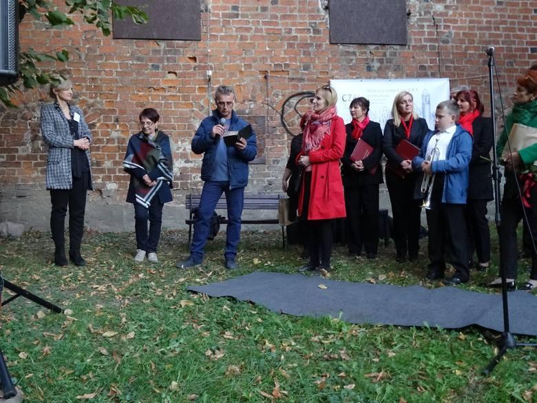 Jerzy Głąb przy kościele ewangelickim we Wschowie