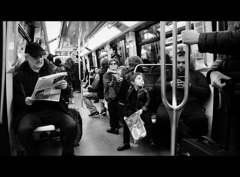 Paryskie metro to jeden z nieodłącznych symboli współczesnego Paryża. W stolicy Francji funkcjonuje szesnaście niezależnych linii i 300 stacji metra. Cała sieć liczy sobie 213 km długości. Według statystyk codziennie korzysta z niego około 4,5 mln osób. W tym roku świętuje ono swoje 117 urodziny....