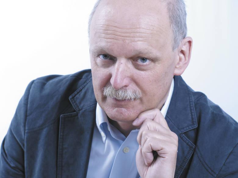 Gorące polityczne spory w Sejmie: z mównicy sejmowej przypominane jest zdjęcie posła PiS Piotra Pyzika, pokazującego posłom opozycji środkowy palec