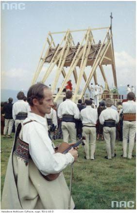 Pobyt papieża Jana Pawła II w Nowym Targu podczas I pielgrzymki do Polski.  Widok ogólny ołtarza podczas mszy św. odprawianej przez kard. Franciszka Macharskiego z udziałem papieża Jana Pawła II. Na pierwszym planie widoczny góral w stroju ludowym trzymający skrzypce.