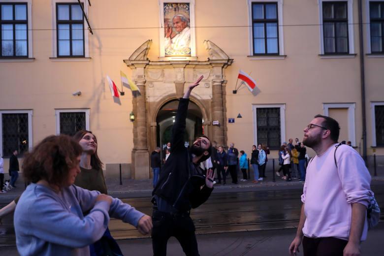 Więzienie za edukację seksualną? Protest środowisk LGBT przed krakowską kurią