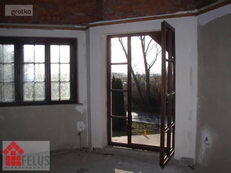 Poszukujesz domu do kupienia w okolicach Miechowa? Sprawdź oferty sprzedaży nieruchomości i dowiedz się, ile trzeba wydać, aby stać się właścicielem