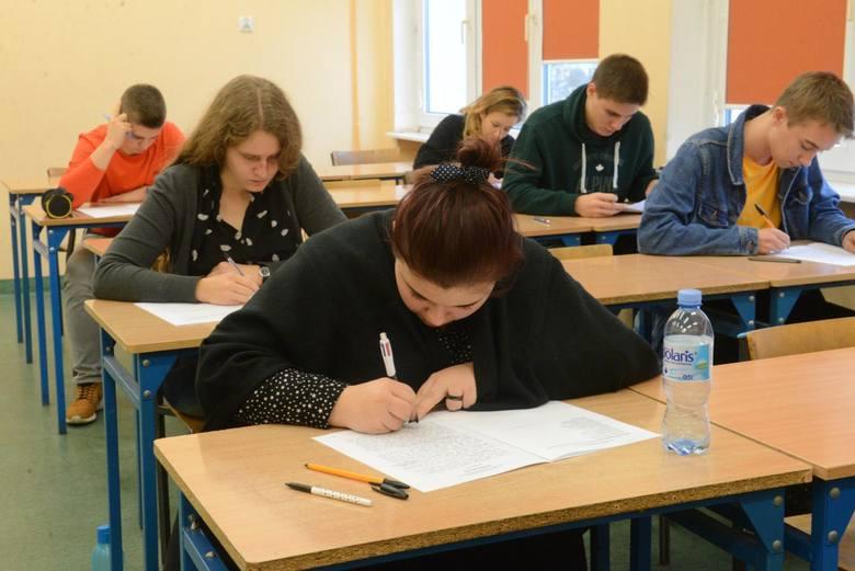 Jakie zadania znalazły się w arkuszu matury próbnej z języka niemieckiego z Operonem? Które odpowiedzi były poprawne? Jak należało prawidłowo rozwiązać