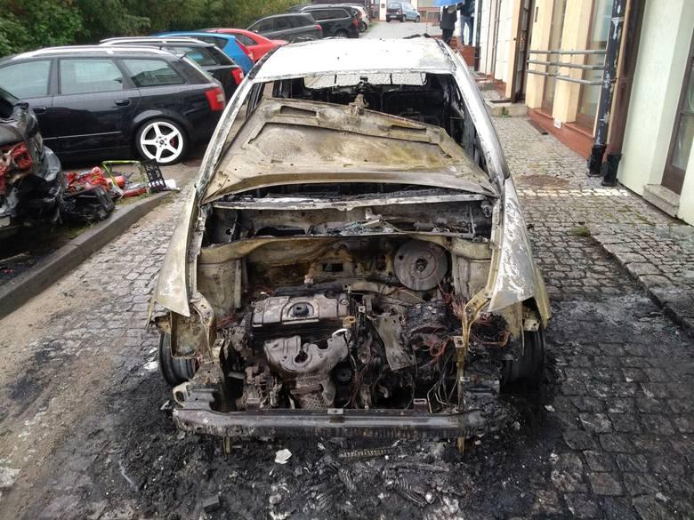"""O godz. 13.14 na ul. Kłodnej zapalił się samochód osobowy. Ogień przeniósł się na dwa sąsiednie samochody. Nikomu nic się nie stało.Zobacz również: """"Motofakty"""