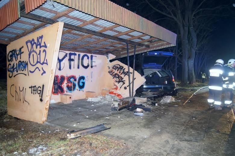 O zdarzeniu na drodze krajowej nr 6 policja została poinformowana w sobotę przed godziną 20.