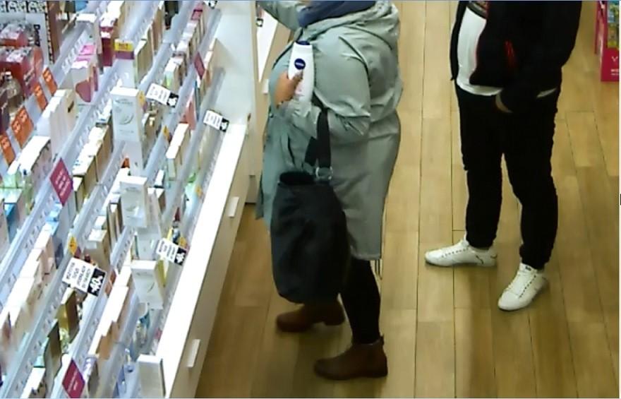 b7b33ce5bde0a W grudniu ub. roku, oświęcimscy policjanci poszukując sprawców kradzieży  markowych perfum, opublikowali wizerunki kobiety i mężczyzny, podejrzanych  o ...