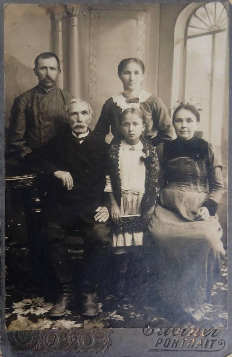 Rodzina Anny z Rogaczów Jurkojć. Dziadek Malczewski, rodzice, Anna (w środku, na pierwszym planie) i siostra